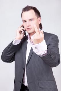 Бизнесмен показывает неприличный жест