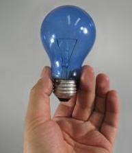 Тусклая лампочка в руке