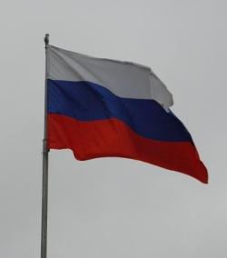 Флаг России на фоне серого неба
