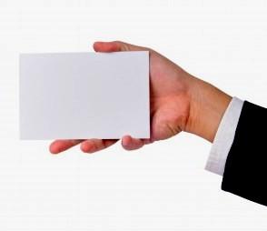 белая карточка в руке мужчины
