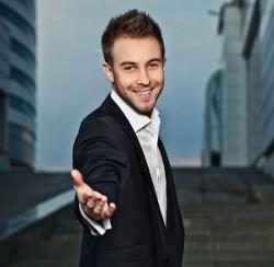 молодой красивый бизнесмен протягивает руку