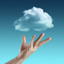 рука тянется к облачку в небе